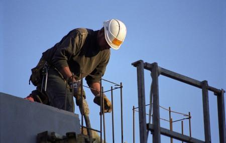 Pour protéger leur activité, les artisans ont besoin d'une assurance qui pourra les indemniser en cas de sinistres, de dégâts ou de litiges. Conscients de ce besoin, de plus en plus d'assureurs proposent aujourd'hui des formules d'assurance destinées aux artisans.