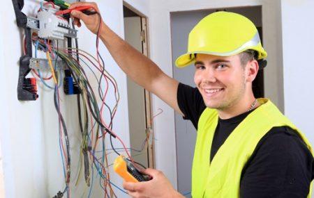 Même si le métier d'électricien ne séduit pas les jeunes d'aujourd'hui, même si c'est un métier très passionnant et indispensable tant pour la praticité de la maison que pour la sécurité. Cet article se veut de vous décrire le métier d'électricien et le parcours à suivre pour accéder à ce métier.