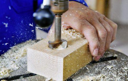 Un menuisier est un spécialiste tenu de la fabrication et de l'installation de portes, fenêtres et escaliers. Il se charge aussi de l'aménagement. Ainsi, si le menuisier était depuis longtemps dédié au travail du bois, actuellement, il exploite les nouveaux matériaux l'aluminium, le PVC et le plastique. Si vous avez envie de devenir menuisier, voici […]
