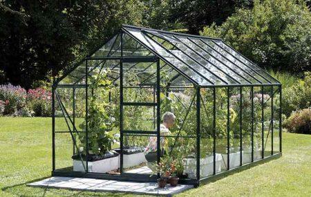 Une serre est considérée comme un endroit où les plantes s'épanouissent facilement. En plus d'être très pratique, elle apporte une touche esthétique au jardin qui est quand même considéré comme la première décoration que les gens voient lorsqu'ils visitent votre maison.