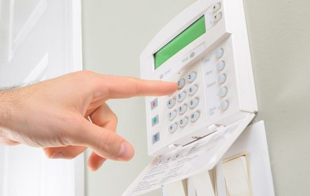 Les alarmes sont des dispositifs de sécurisation que l'on installe dans une maison pour avertir facilement le propriétaire et les autorités en cas d'effraction ou de vol. L'installation d'une alarme n'est pas toujours chose aisée, ainsi elle requiert l'aide d'un professionnel.