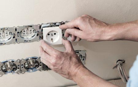 L'installation ou le remplacement d'une prise murale fait partie des travaux de bricolage qu'un particulier peut faire lui-même sans l'aide d'un professionnel. Toutefois, cette tâche peut s'avérer difficile si on ne connait pas les règles de base. Voici une petite guide pour vous aider à installer ou remplacer une prise électrique murale plus facilement.