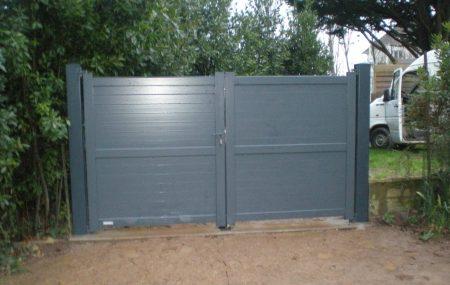 Le portail en aluminium est très courant et très prisé puisqu'il s'intègre à toutes les architectures. C'est le matériau le plus utilisé par les artisans. Les raisons en sont qu'il est peu coûteux, durable dans le temps, nécessite très peu d'entretien et est écologique.
