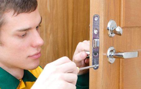 La serrure assure la sécurité de la maison. Quand elle est défectueuse et ne peut plus assurer sa fonction, un remplacement s'impose. Vous avez besoin de changer votre serrure et vous souhaitez le faire vous-même ? Ce petit guide vous montre comment vous y prendre.