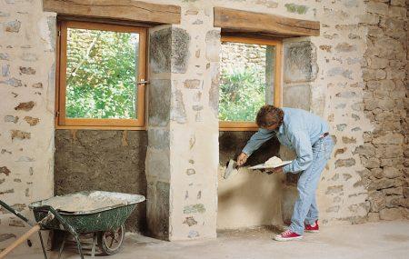 Les murs en pierre ont toujours besoin de joints. Malheureusement, ceux-ci ne restent pas éternels et ont besoin d'être rénovés. Vous n'avez pas besoin de faire appel à un maçon pour refaire vos joints. Suivez la guide suivante pour entreprendre les travaux vous-même.