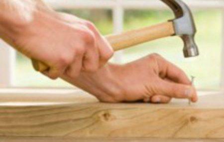 Le choix d'un bon outil est la clé d'un bon bricolage. Comme tous les autres outils, le marteau se décline sous différents modèles. Il est temps de connaître ces différents types de marteau et d'en savoir un peu plus sur leur utilisation en bricolage.