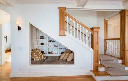 Avec toutes les affaires qu'on peut mettre et avoir dans une maison, l'espace de rangement est souvent insuffisant. Il y a cependant des moyens d'y remédier, comme l'aménagement d'un rangement sous escalier. Il est tout à fait possible d'aménager un placard sous escalier sans que cela ternisse l'esthétique de son intérieur.