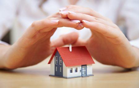Lorsque l'on contracte un crédit immobilier, il est préférable de souscrire en parallèle une assurance de prêt immo même si non obligatoire. Celle-ci vous protège vous et votre banque en cas de pépin. En effet l'assurance de prêt prend en charge le remboursement en cas de maladie ou d'accident empêchant de rembourser notre emprunt immobilier.