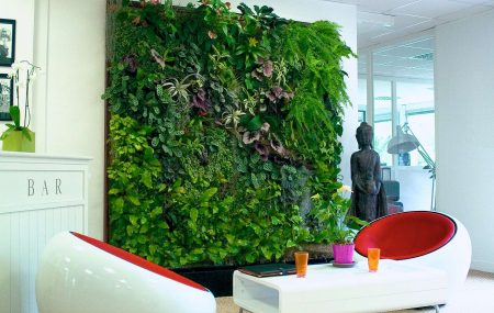 Naturel, décoratif et rafraîchissant, le mur végétal d'intérieur ramène un peu de verdure chez soi lorsqu'on est loin de la campagne et qu'on souhaite donner un peu de vie à un espace épuré. Le mur végétal est aussi tendance, il fait partie des styles de décoration moderne. Hôtels et appartements commencent à choisir ce revêtement […]
