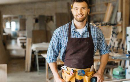 Pour des raisons financières ou autres, nombre de particuliers prennent souvent l'initiative d'entreprendre eux-mêmes certains travaux de leur maison. Cependant, le recours à un artisan professionnel est quelquefois nécessaire selon l'envergure du projet, que ce soit dans le cadre d'une rénovation ou d'une restauration. Quand faut-il donc prendre une telle décision ?