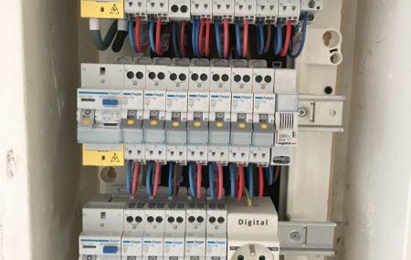 Un panneau électrique, également appelé tableau électrique est un élément important du réseau électrique de votre maison. Cet équipement est en général placé à côté du compteur électrique. Son rôle principal ? Garantir votre sécurité en cas de surchauffe. Apprenez un peu plus sur le fonctionnement d'un panneau électrique dans cet article.