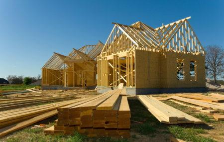 La construction d'une maison est un projet colossal. En plus des procédures administratives, il faut déjà penser au type de maison que l'on souhaite construire. Parmi les différents paramètres à prendre en compte, il faut choisir le matériau de construction et la forme globale de la maison. Suivez ce guide pour réussir votre projet.