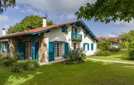 Surtout connu pour la beauté de ses côtes, le Pays basque français dispose également de ses campagnes verdoyantes. Ses petites collines et ses authentiques villages landais, à la frontière, font le bonheur de ceux qui cherchent avant tout une qualité de vie exceptionnelle. L'air y est pur. Le rythme du quotidien semble être plus doux […]